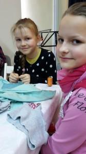 Evelina ir Eliza eko dirbtuvėse siuva sau krepšelį